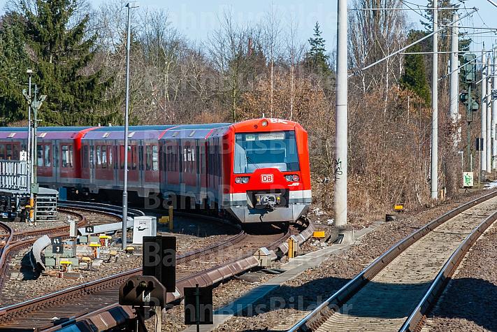 S-Bahn im Bahnhof Hasselbrook in Hamburg