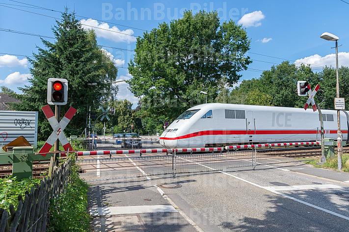 ICE am Bahnübergang Am Pulverhof