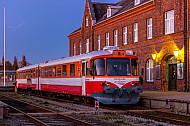 Lemvigbanen-Triebwagen am Abend in Lemvig