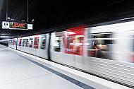 Ein U-Bahn-Zug vom Typ DT5 fährt in der Haltestelle HafenCity Universität in Hamburg ab