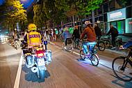 Ein Polizist begleitet die Radfahrer-Demo Critical Mass in Hamburg auf einem Motorrad