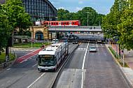 Metrobus der Linie M5 in Hamburg vor einer S-Bahn