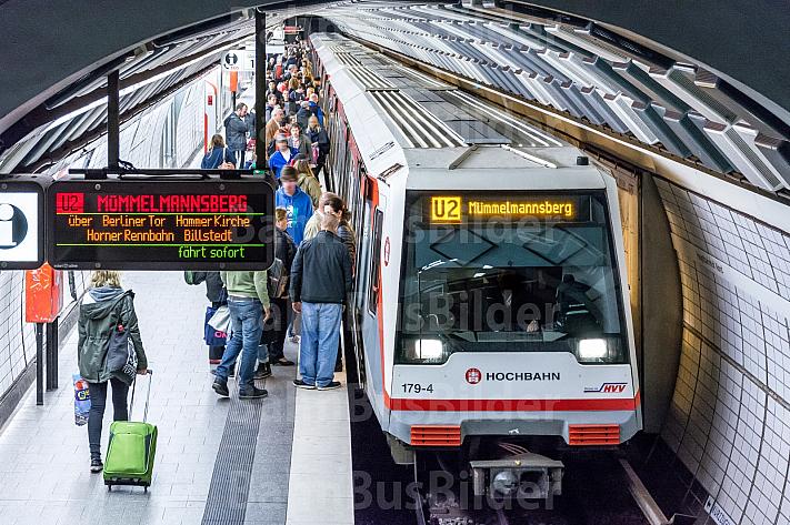 Eine Menschenmenge drängt am U-Bahnhof Hauptbahnhof Nord in Hamburg in einen Zug der Linie U2