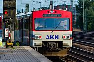 AKN-Triebwagen im S-Bahnhof Hamburg-Eidelstedt an einem Rangiersignal