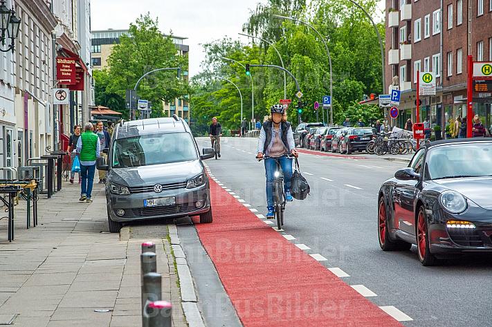 Falschparker blockieren Fahrradspur im Mühlenkamp in Hamburg