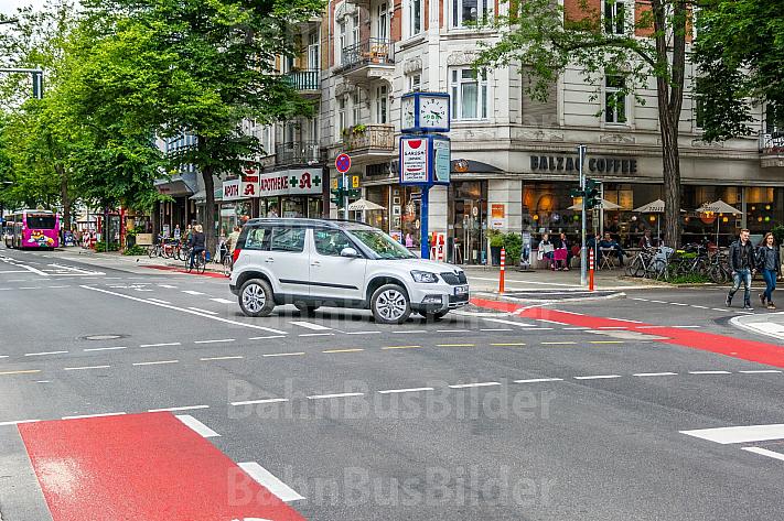 Ein Auto missachtet das Abbiegeverbot vom Mühlenkamp in die Gertigstraße in Hamburg