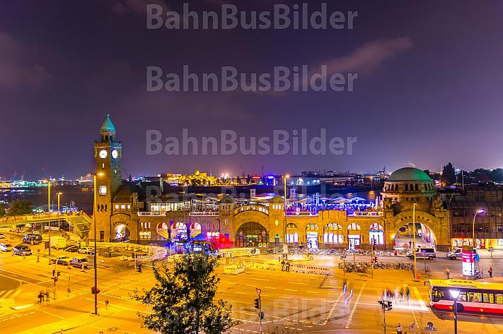 Hamburger Landungsbrücken mit Bus bei Nacht