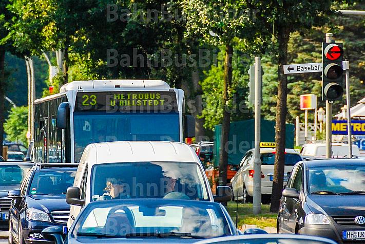 Metrobus der Linie M23 auf der Kollaustraße in Hamburg