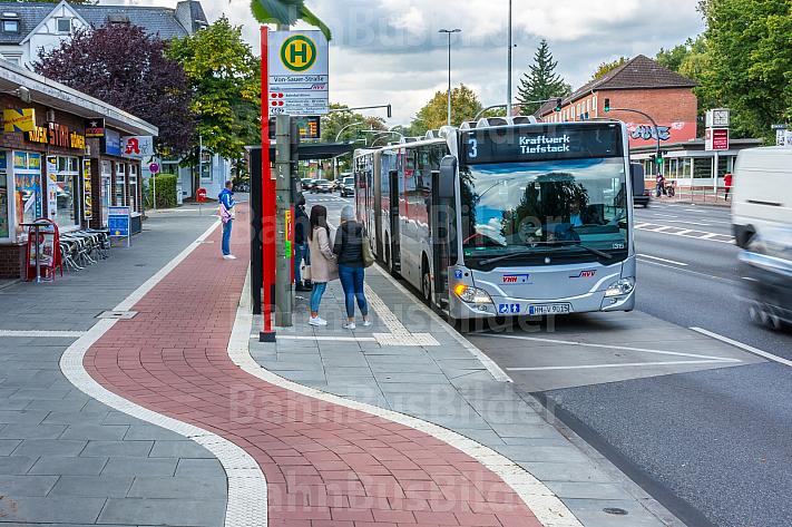 Ein Bus der Linie 3 an der Von-Sauer-Str. in Bahrenfeld mit neuem Fahrradweg