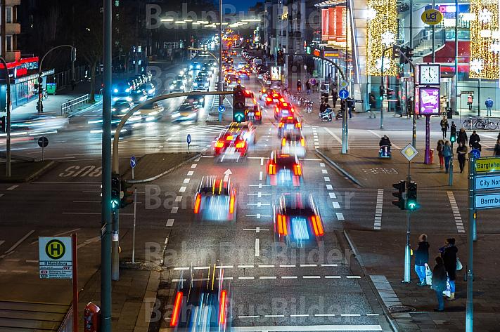 Dichter Auto-Verkehr zur abendlichen Rush-Hour an der Mundsburg in Hamburg