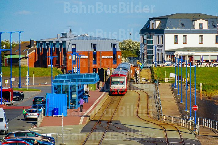 Triebwagen der NEG im Fährbahnhof Dagebüll Mole in Schleswig-Holstein neben einer Fähre