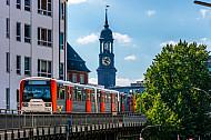 U-Bahn auf Viaduktstrecke am Rödingsmarktl in Hamburg