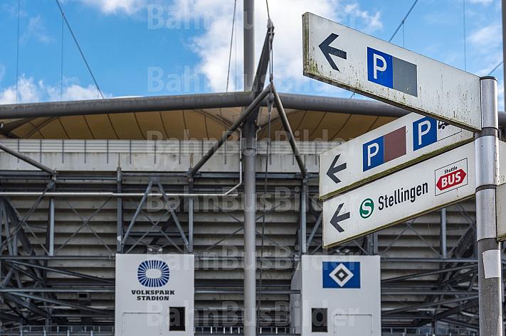 Ein Schild weist vor dem Volkspark-Stadion in Hamburg auf die Shuttle-Busse zum S-Bahnhof Stellingen hin