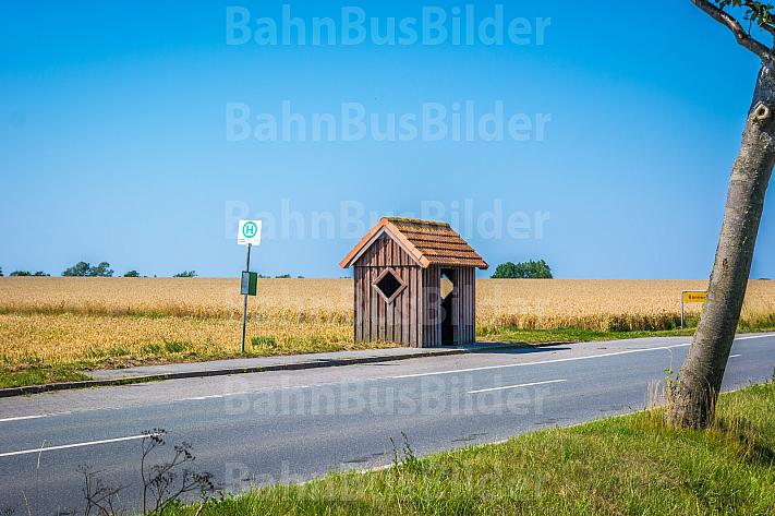 Bushaltestelle auf dem flachen Land mit Haltestellenhäuschen im Sommer