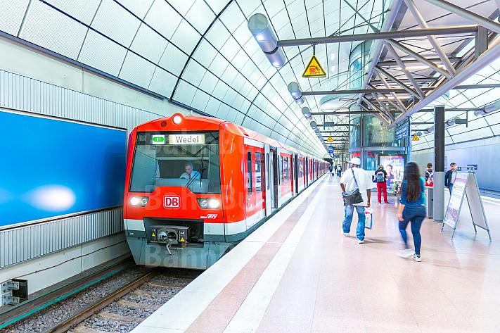 Ein Hamburger S-Bahn-Zug steht am Flughafenbahnhof (Airport)