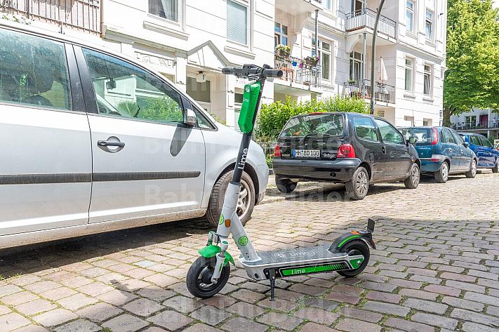 Ein E-Scooter steht auf Kopfsteinpflaster in einem Altbau-Wohnviertel in Hamburg