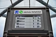 Display mit Anzeige der nächsten Abfahrten im U-Bahnhof Elbbrücken in Hamburg