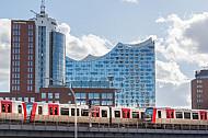 Zwei U-Bahnzüge vom Typ DT5 auf der Linie U3 vor der Elbphilharmonie in Hamburg