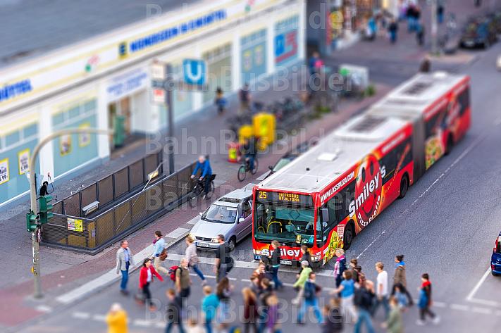 Metrobus der Linie M25 in Hamburg in Tilt-Shift-Optik aus der Volgelperspektive