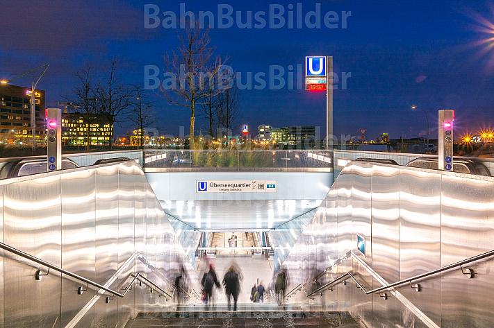 Eingang U-Bahnhaltestelle Überseequartier in Hamburg am Abend