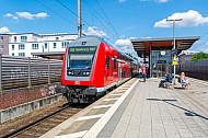 Menschen warten auf Regionalbahn im Bahnhof Hamburg-Tonndorf