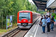 Menschen warten auf S-Bahn am S-Bahnhof Diebsteich in Hamburg