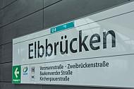 Eine Haltestellenschild im U-Bahnhof Elbbrücken