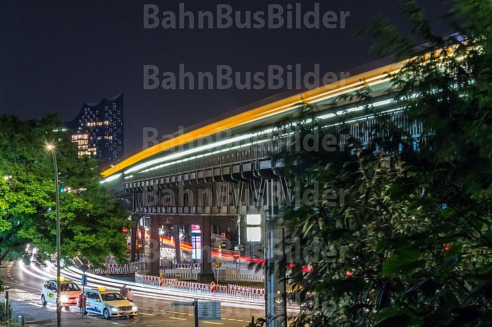 Ein U-Bahnzug vom Typ DT5 an der Haltestelle Landungsbrücken