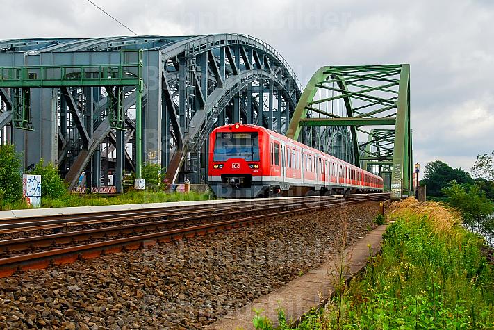 S-Bahn auf den Norderelbbrücken in Hamburg