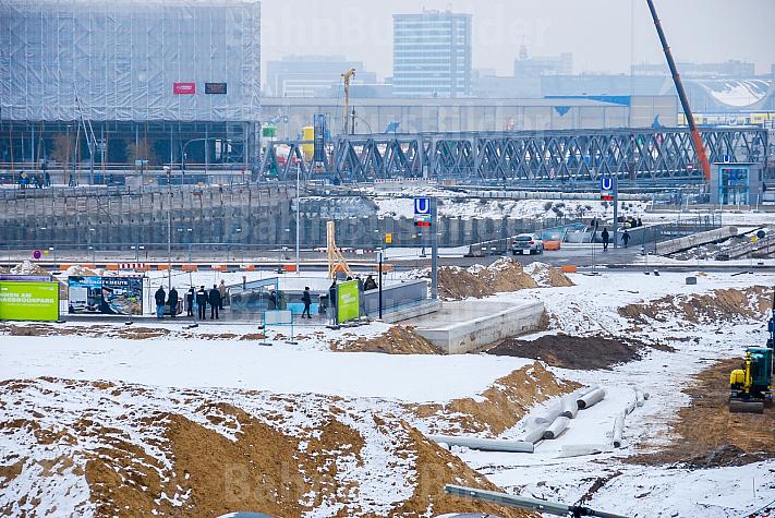 Eingang der U-Bahnhaltestelle Überseequartier in der noch unbebauten HafenCity in Hamburg bei Schnee