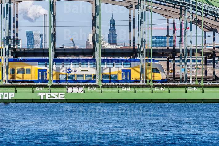 Metronom-Zug auf den Elbbrücken in Hamburg