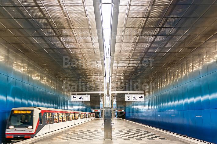 Ein U-Bahn-Zug der Linie U4 fährt in die Haltestelle Überseequartier in Hamburg