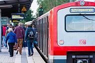 Menschen steigen am Bahnhof Hamburg-Eidelstedt aus einer S-Bahn
