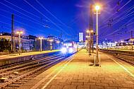 Fernzug in der Nacht im Bahnhof Hamburg-Altona