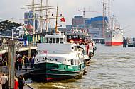 Hafenfähren an den Landungsbrücken in Hamburg