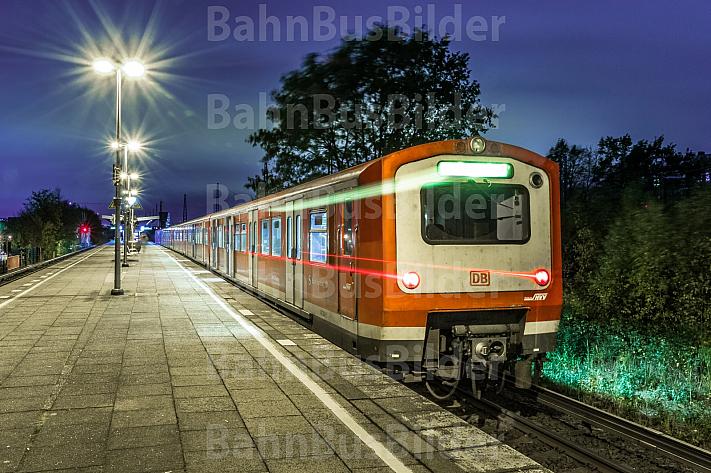 Ein Zug der betagten S-Bahn-Baureihe 472 im Abendlicht im Hamburger S-Bahnhof Diebsteich