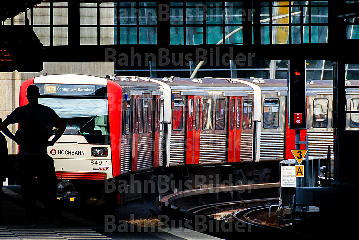 Menschen warten auf U-Bahn am Rödingsmarkt in Hamburg
