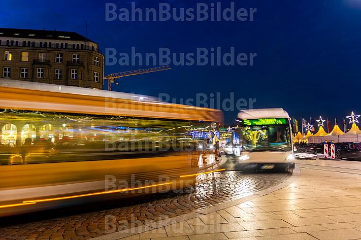 Zwei Busse am Abend am Jungfernstieg in Hamburg