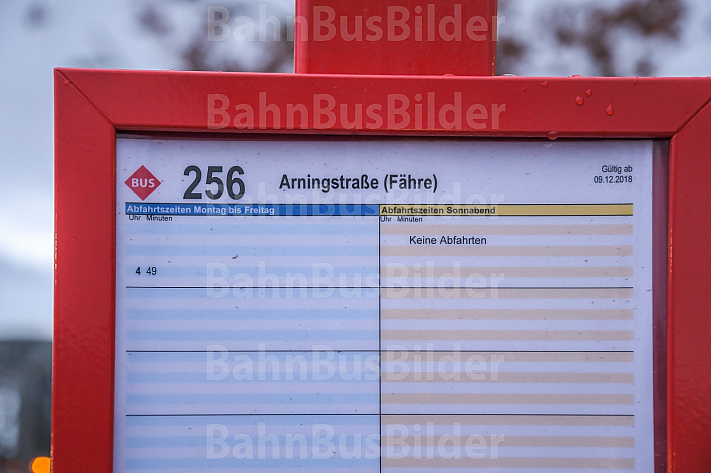 Ein Busfahrplan am U-Bahnhof Elbbrücken in Hamburg mit nur einer Abfahrt pro Tag