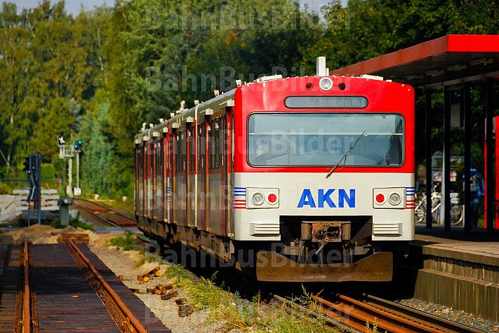 AKN-Triebwagen im Haltepunkt Burgwedel in Hamburg