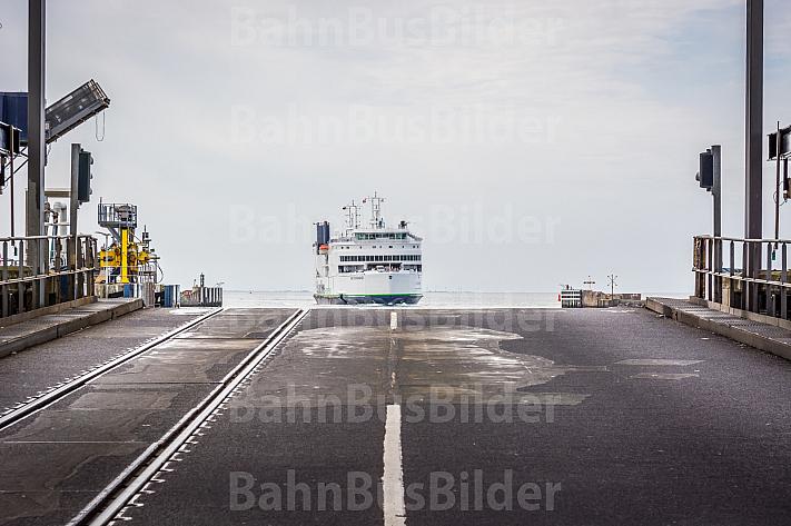 Eisenbahn- und LKW-Laderampe im dänischen Fährhafen Rödby an der Vogelfluglinie. Im Hintergrund die Scandlines-Fähre