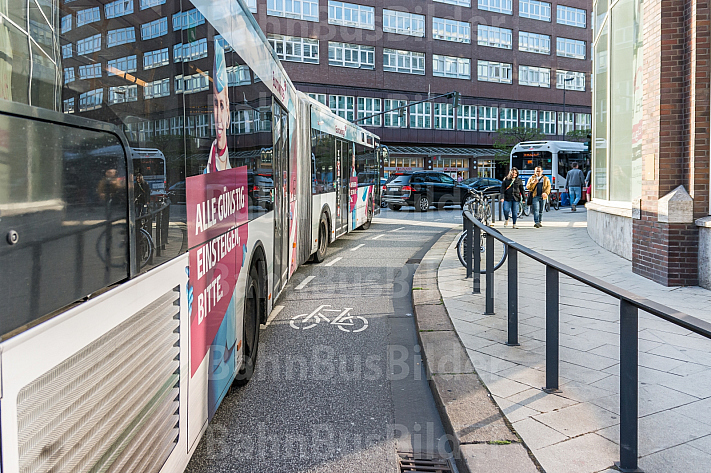 Ein HVV-Linienbus schneidet einen Fahrrad-Schutzstreifen am Gänsemarkt in Hamburg