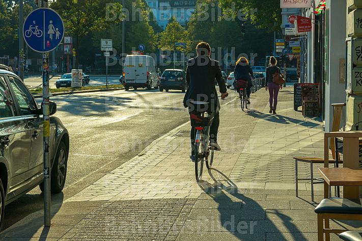 Fahrradfahrer auf schmalem Radweg in Hamburg