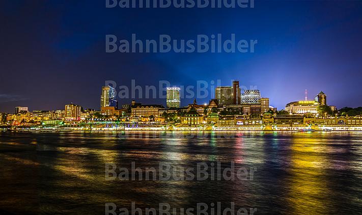 Hamburger Landungsbrücken bei Nacht