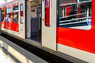 Höhenunterschied: Hamburger S-Bahn an einem niedrigen Fernbahnsteig