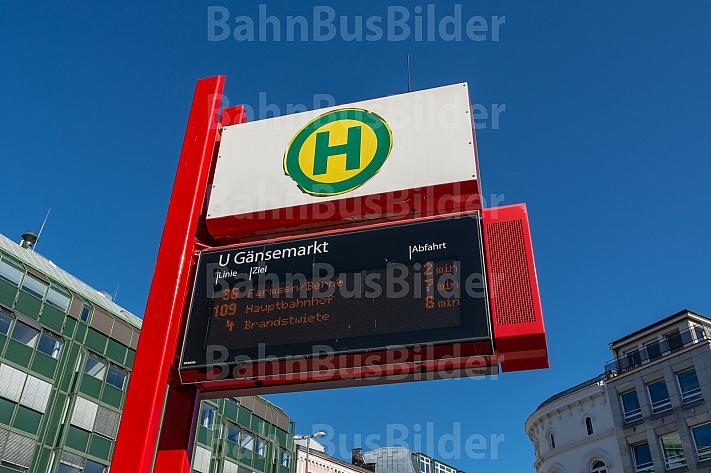 Elektronische Anzeigetafel an Bushaltestelle in Hamburg