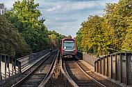 Ein U-Bahn-Zug der Baureihe DT5 an der Hoheluftbrücke in Hamburg