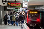 Eine Menschenmenge drängt am Berliner Tor in einen U-Bahnzug der Linie U3