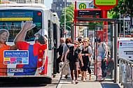 Menschen steigen in einen Metrobus der Linie M5 in Hamburg