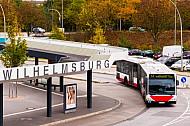 Metrobus der Linie M13 am Bahnhof Wilhelmsburg in Hamburg